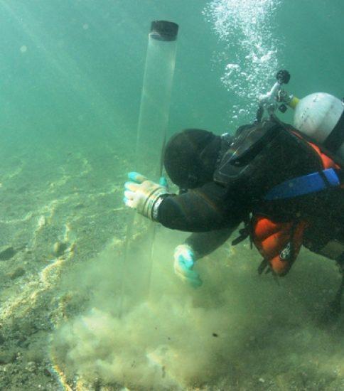 底質分析調査の様子(柱状採泥)