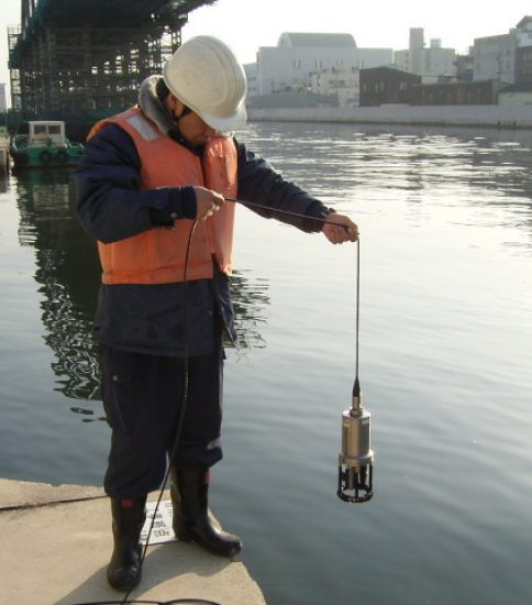 水質調査の様子(多項目水質計)