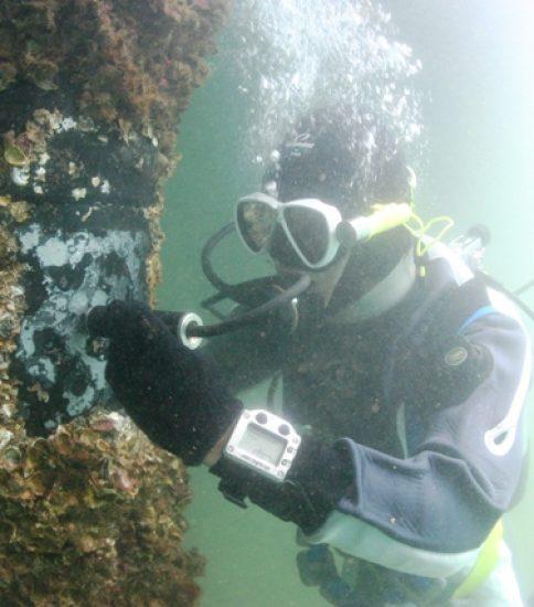 漁港・港湾・海岸点検調査の様子(鋼材の肉厚調査)