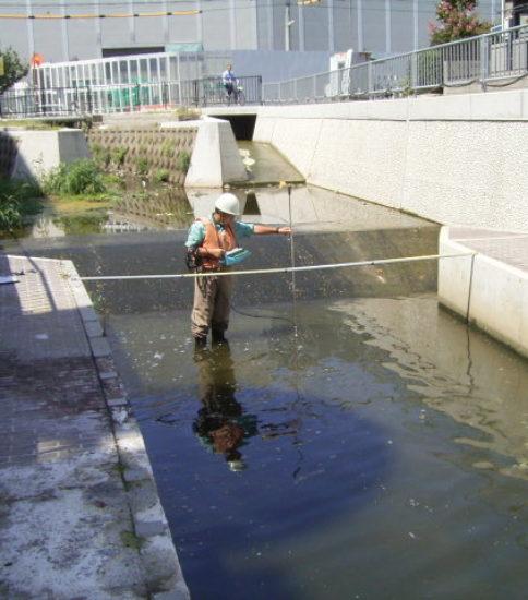 流量観測の様子(用水路)