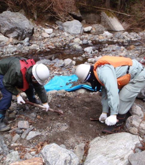 河床材料調査(容積法)の様子