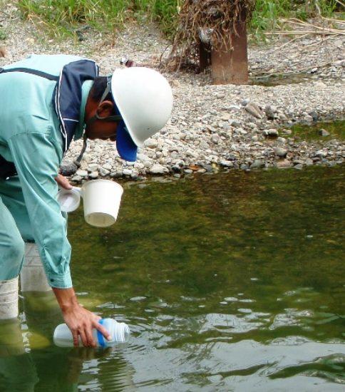 水質調査の様子(水質サンプリング)