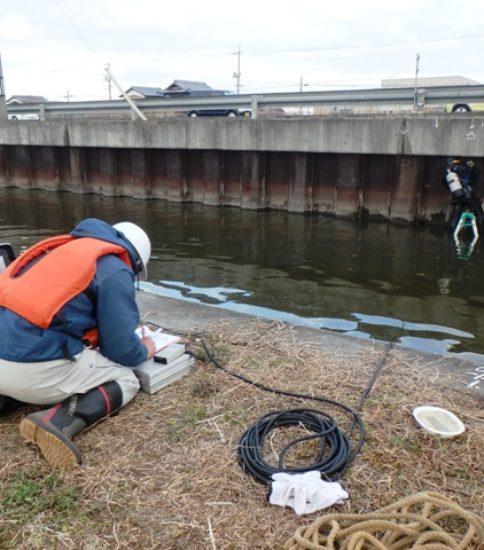 農業用水路調査の様子2 ~用水路の点検~